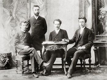 テーブル中央がアレンスキー、右がラフマニノフ